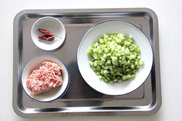 セロリと豚ひき肉炒め